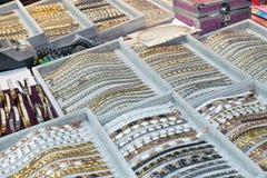 Vele armbanden zijn in de vakjes op de lijst royalty-vrije stock foto