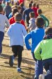 Vele atletische kinderen die op een zonnige dag lopen Openluchtkring Royalty-vrije Stock Afbeelding