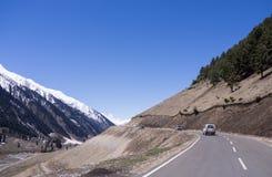Vele auto's op het avontuur van de klippenweg in berg Stock Foto's