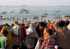 Vele Aziatische mensenbeweging aan rivier Ganges stock foto's
