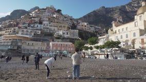Vele Aziatische toeristen op het strand van de winterpositano in Itali? stock footage