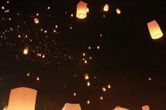Vele ballon van de Hemellantaarn werd vrijgegeven in Loy Krathong Festival Om voor geluk te bidden In geloof van Boeddhisme stock afbeeldingen