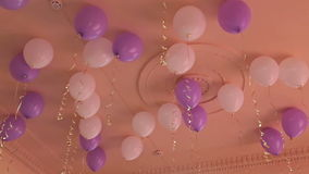 Vele ballons onder plafond stock footage