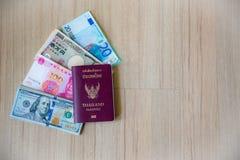 Vele bankbiljetmunt met paspoortboek, pen en drugapotheek stock afbeelding