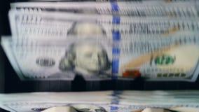 Vele bankbiljetten die op een lijn in een tellende machine gaan stock video