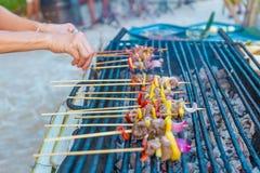Vele bbq stokken bij de grill, openlucht, bbq tijd Royalty-vrije Stock Afbeeldingen