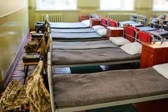 vele bedden in de militaire barakken van de Oekraïne stock fotografie