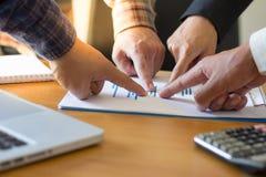 Vele bedrijfsmensen richten aan het grafisch voorstellen, Team Work Concept, busin stock foto's