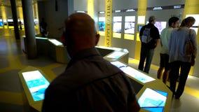 Vele bezoekers in het Maritieme Vasa Museum in Stockholm Dolly schot stock videobeelden