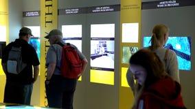 Vele bezoekers in het Maritieme Vasa Museum in Stockholm Dolly schot stock footage