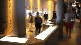 Vele bezoekers in het Maritieme Vasa Museum in Stockholm Dolly schot Geschoten op Canon 5D Mark II met Eerste l-Lenzen stock videobeelden