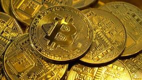 Vele bitcoins spinnen linksdraaiend in een cirkel Sluit omhoog stock videobeelden