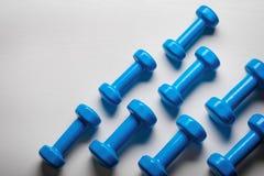 vele blauwe domoren op een witte achtergrond, concept die aan hoogste de meningsspot van de geschiktheidssportuitrusting omhoog v Stock Foto's