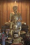 Vele Boedha gouden in Wat Sakra Stock Foto