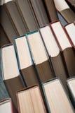 Vele boeken in een boekhandel of een bibliotheek Stock Foto