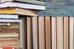 Vele boeken in een boekhandel of een bibliotheek Royalty-vrije Stock Foto