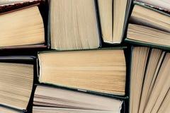 vele boekenstapels Boek met harde kaftboeken op houten lijst stock foto
