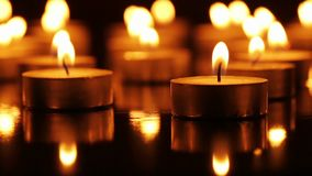 Vele brandende kaarsen stock videobeelden