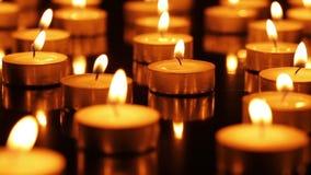 Vele brandende kaarsen stock footage