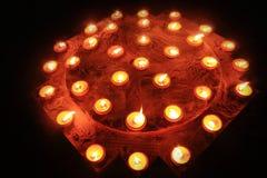 Vele brandende kaarsen op de zwarte achtergrond Stock Fotografie