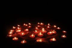 Vele brandende kaarsen op de zwarte achtergrond Royalty-vrije Stock Foto