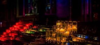 Vele brandende kleurrijke kaarsen stock afbeelding