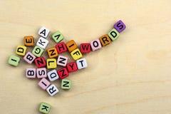 Vele brieven op kleurrijke blokken vormen woorden Stock Foto's