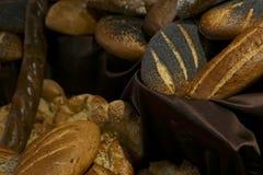 Vele broodjes van verschillende broden in het bakkerijrestaurant stock afbeeldingen