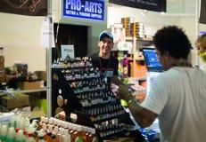 Vele buizen van professionele tatoegering schilderen bij showcase Stock Foto's