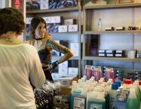 Vele buizen van tatoegering schilderen dichtbij bij showcase en kunstenaars Royalty-vrije Stock Foto