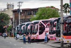 Vele bussen die bij de post in Manilla, Filippijnen parkeren stock foto
