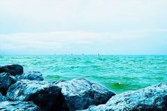 Vele colorate sull'orizzonte di mare un giorno soleggiato Sedere della pittura a olio illustrazione di stock