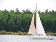 Vele dell'yacht sul fiume di Angara Immagine Stock