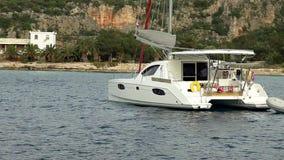 Vele dell'yacht sul mare video d archivio