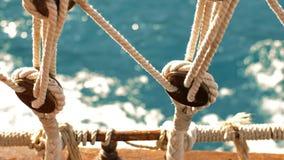 Vele della barca attraverso il mare stock footage