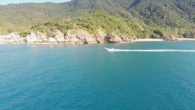 Vele della barca lungo la riva rocciosa video d archivio