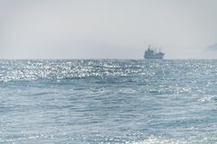 Vele della nave del mare Lungo la riva alla luce del sole immagini stock