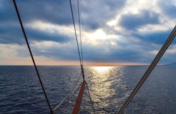 Vele della nave di navigazione alla tempesta Davanti alle nuvole scure luce da dietro le nuvole Fotografie Stock