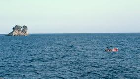 Vele della piccola barca sul mare stock footage