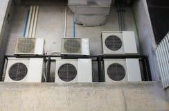 Vele die airconditionercompressor in de oude bouw wordt geïnstalleerd stock foto's