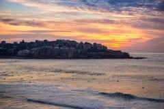 Vele die Gebouwen op de heuvel dichtbij de kust bij Bondi-strand worden gevestigd Royalty-vrije Stock Fotografie