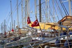 Vele die jachten bij Bodrum-jachthaven worden geparkeerd royalty-vrije stock foto's