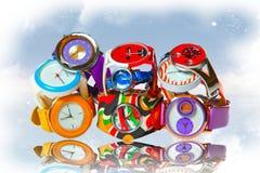 Vele die multicolored polshorloges door een dia worden gevouwen stock afbeeldingen