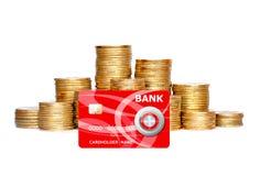Vele die muntstukken in kolom en creditcard op wit wordt geïsoleerd Stock Afbeeldingen
