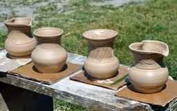 Vele die potten voor het drogen worden gehouden royalty-vrije stock afbeelding