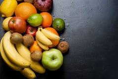 Vele diverse vruchten op een zwarte achtergrond Royalty-vrije Stock Foto