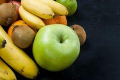 Vele diverse vruchten op een zwarte achtergrond Royalty-vrije Stock Afbeelding