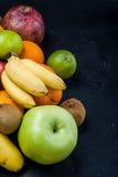 Vele diverse vruchten op een zwarte achtergrond Stock Fotografie