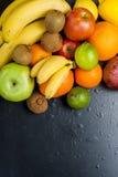 Vele diverse vruchten op een zwarte achtergrond Stock Foto's