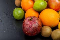 Vele diverse vruchten op een zwarte achtergrond Stock Foto